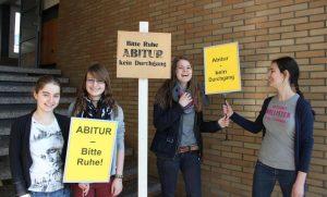 """Schülerinnen mit Schuldern """"Abitur - Bitte Ruhe"""""""