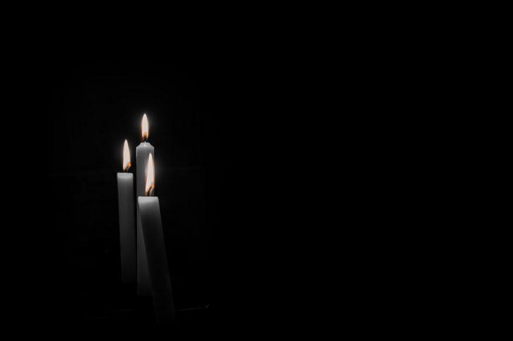 Kerzen vor schwarzem Hintergrund