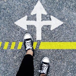 Pfeil auf einer Straße mit drei Richtungen