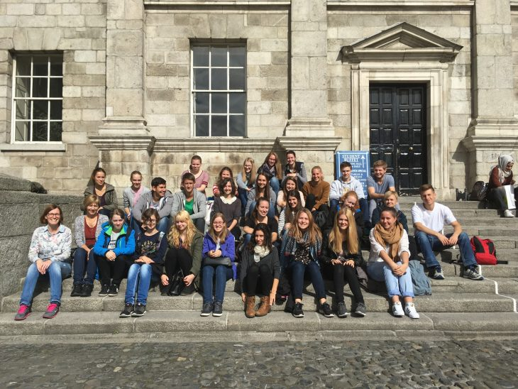 Schüler im Trinity College vor der Mensa
