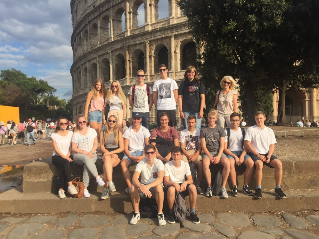 Schüler vor dem Kolosseum