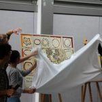 Die Kunstwerke werden von den Schülersprechern enthüllt.