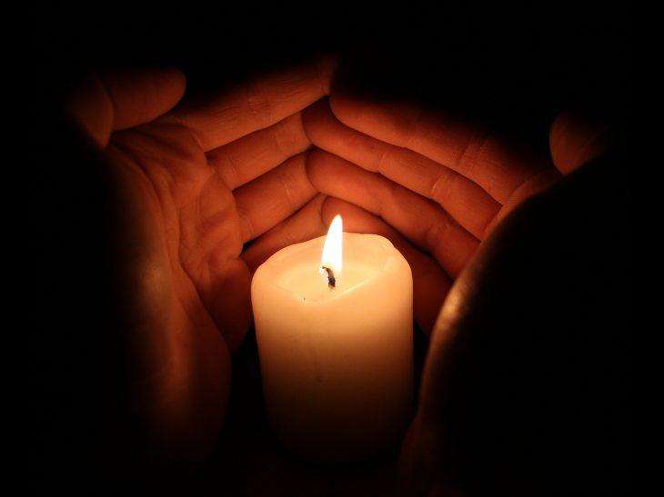 Kerze mit Händen