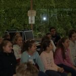 Aufmerksame Zuhörer in der Mediathek