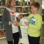 Anne Kirchhoff überreicht dem Sieger Janne Herbrig (6d) einen Büchergutschein