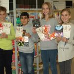 Strahlende Gewinner mit ihren Urkunden und Preisen v.li.: Janne Herbrig (6d), Kemal Koçyiğit (6c), Annika Eichhorn (6b) und Jessica Plünske (6a)