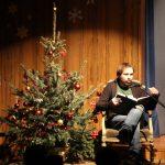 Lars Mayr mit einem Weihnachtsbaum