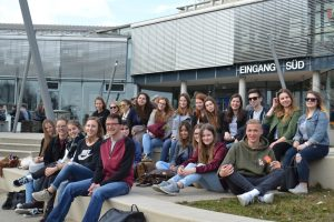 Schüler vor dem Südeingang der Universität Ulm