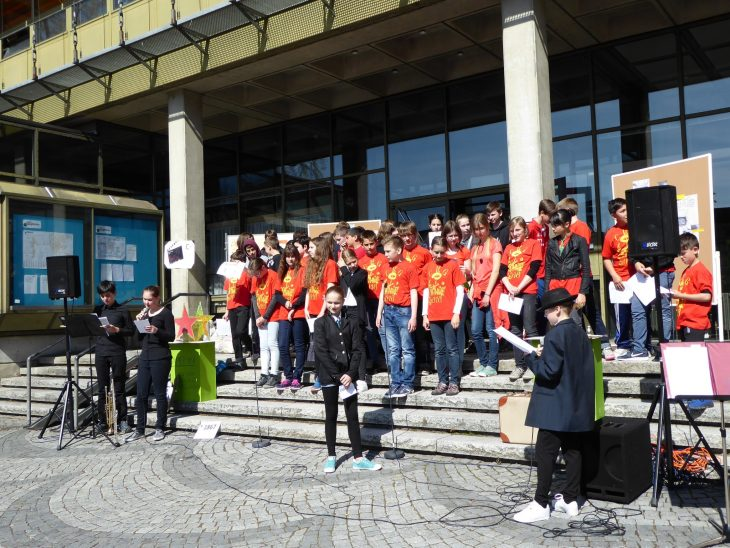 Laemmle für d'Leut vor dem Rathaus