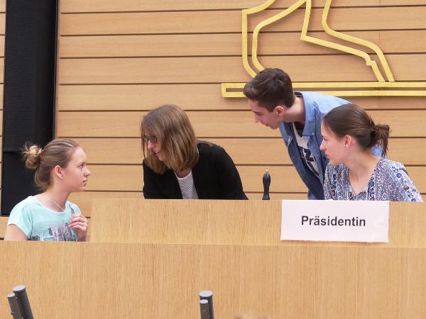 Neuntklässler im Landtag