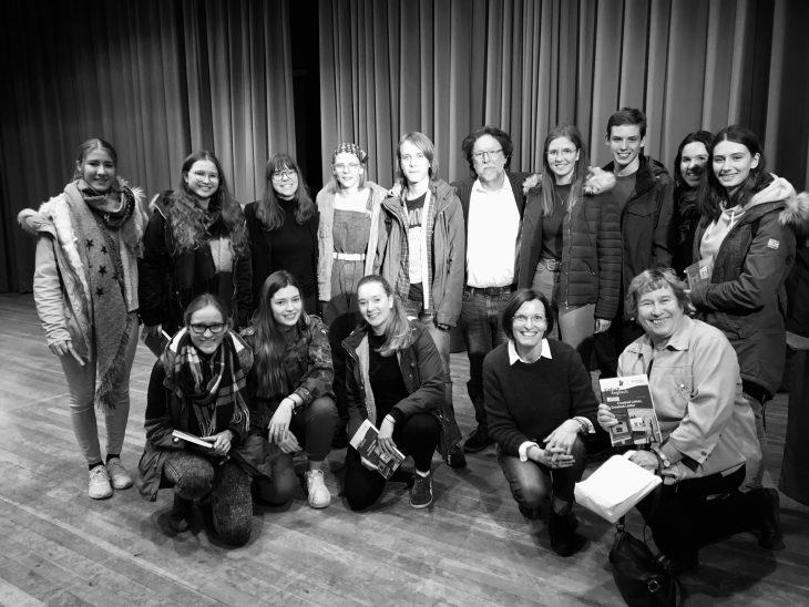 Tom Franklin mit Schülern und Lehrern